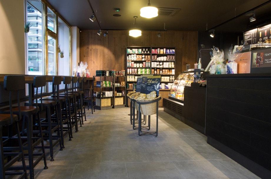 Starbucks (Spálená 18, Praha 1): Nic překvapivého a už vůbec ne originálního. Jakmile mě někdo v redakci hledá, najde mě většinou právě tam. Když se mi totiž poštěstí a najdu si náhodou volný stůl, rychle si objednám venti mandlové (laktóza je zlo!) matcha latte a ponořený do svých myšlenek tam prosedím klidně celý den.