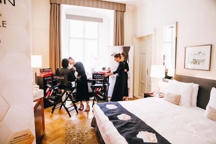 Dámy se mohly osvěžit v budoáru Guerlain, kde na ně čekaly profesionální make-up artistky, lehké letní vůně nebo uvolňující masáž rukou. Autor: Ivan Kašša