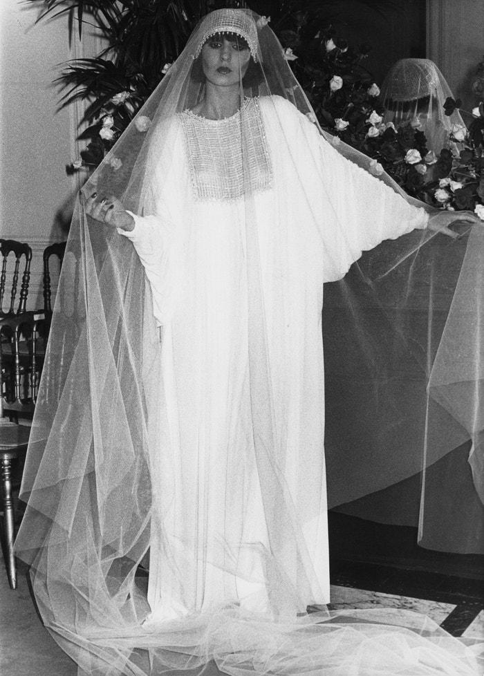 Svatební šaty Dior z kolekce podzim–zima 1976/1977 od Marca Bohana       Autor: Keystone/Hulton Archive/Getty Images