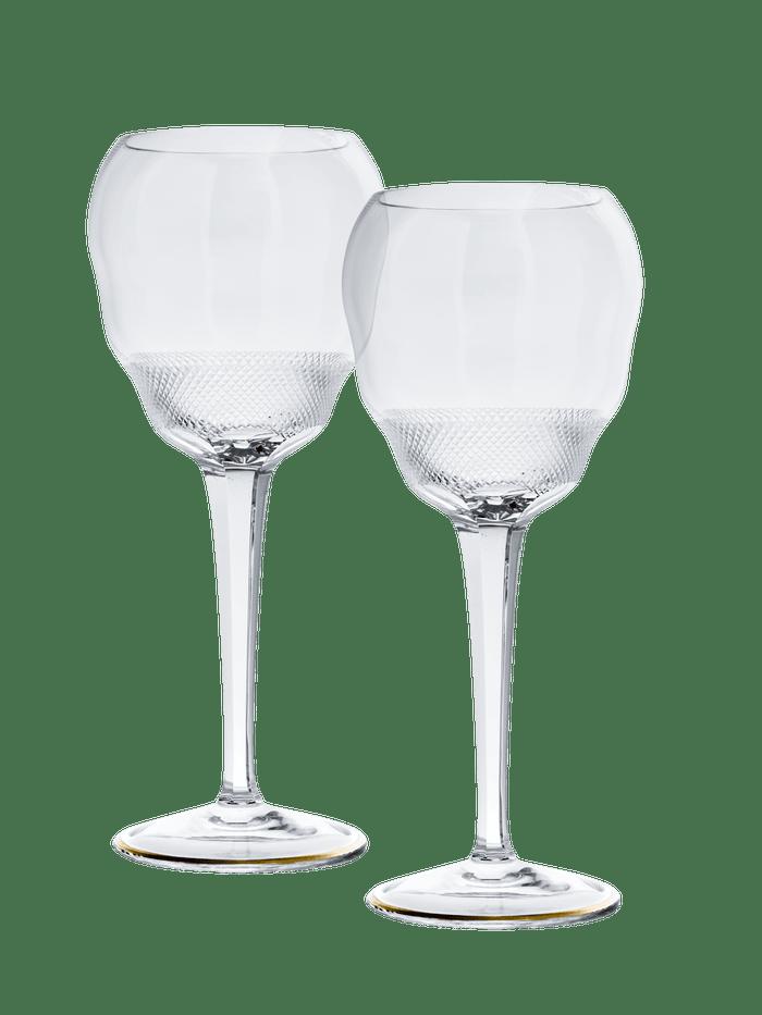 MOSER   Plnou chuť a vůni sherry si dokonale vychutnáte v nových sklenicích, které vznikly ze spolupráce sklárny Moser a Josého Pizarra, věhlasného španělského šéfkuchaře žijícího v Londýně. Od zlatavé barvy ušlechtilého nápoje se ve spodní části sdiamantovým brusem odráží světlo, které prohloubí váš zážitek. Sadu obsahující dvě sklenice lze zakoupit na webových stránkách Moser a v prodejnách Moser. Cena: 8 880 Kč Autor: Archiv značky
