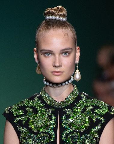 Dívka s perlou ve vlasech