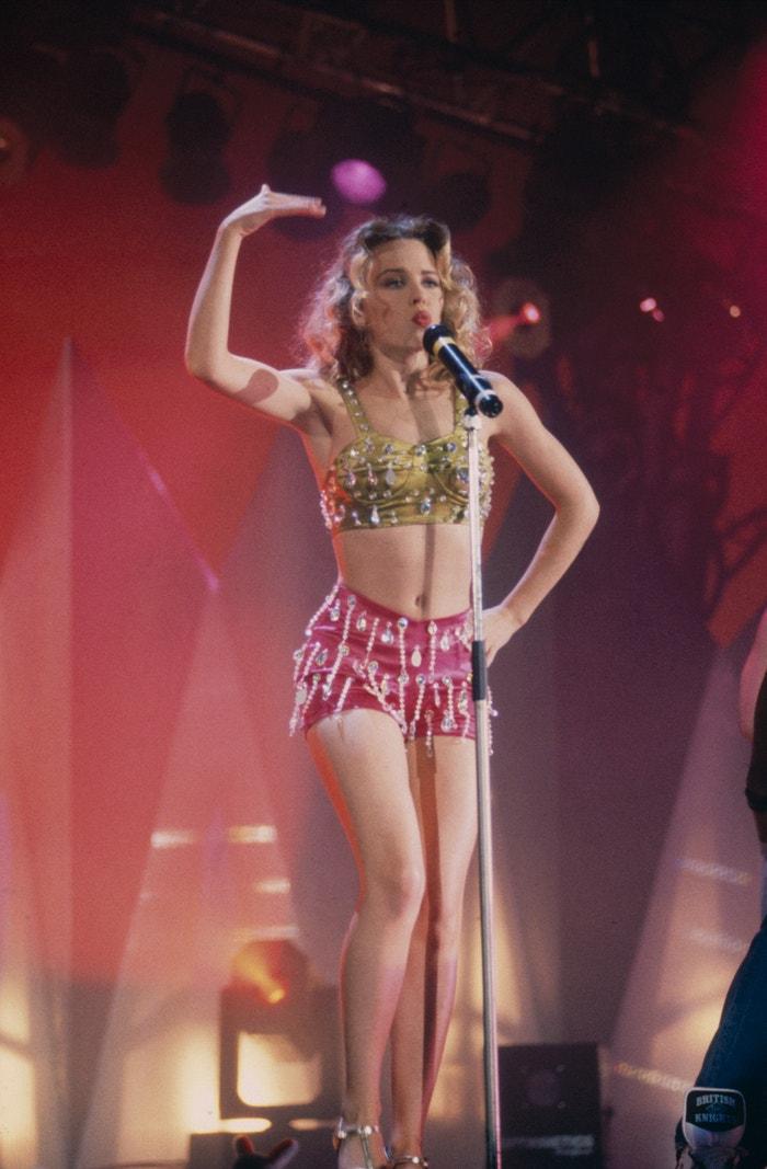 Vycházející popová princezna Kylie Minogue vystupuje na Smash Hits party. Rok 1995. Autor: Getty Images