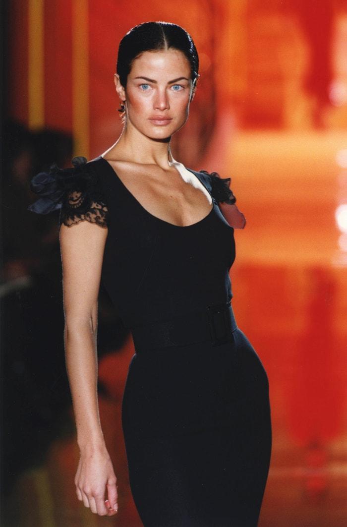 Carolyn Murphy na přehlídce Atelier Versace, leden 1997        Autor: Pool ARNAL/PICOT/Gamma-Rapho via Getty Images