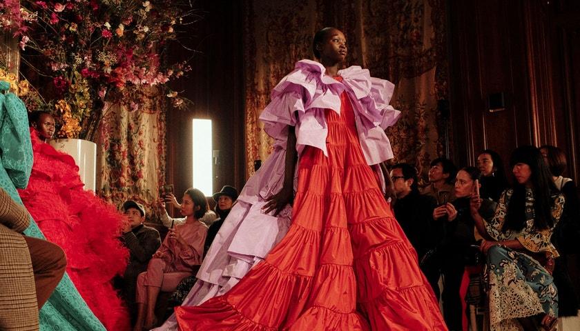 Plesové šaty se vrací na scénu