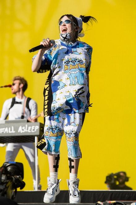 Billie Eilish v modelu od Stelly McCartney, červen 2019