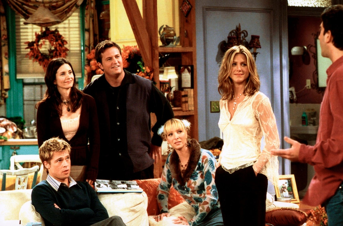 Brad Pitt, Courteney Cox, Matthew Perry, Lisa Kudrow, Jennifer Aniston a David Schwimmer na natáčení seriálu Přátelé, listopad 2001