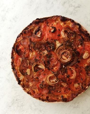 Vogue v kuchyni #6: Rajčatovo-česnekový koláč à la Bally