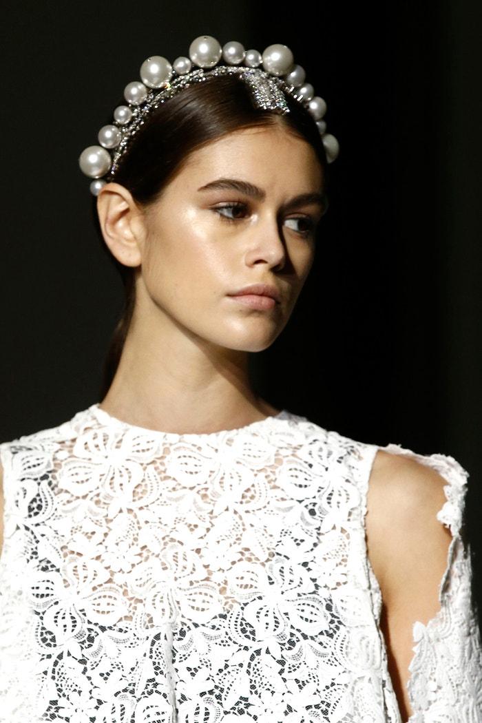 Dokonale rozjasněné lícní kosti skvěle ladí s perlovou čelenkou na přehlídce Givenchy SS19. Autor: Rex Features