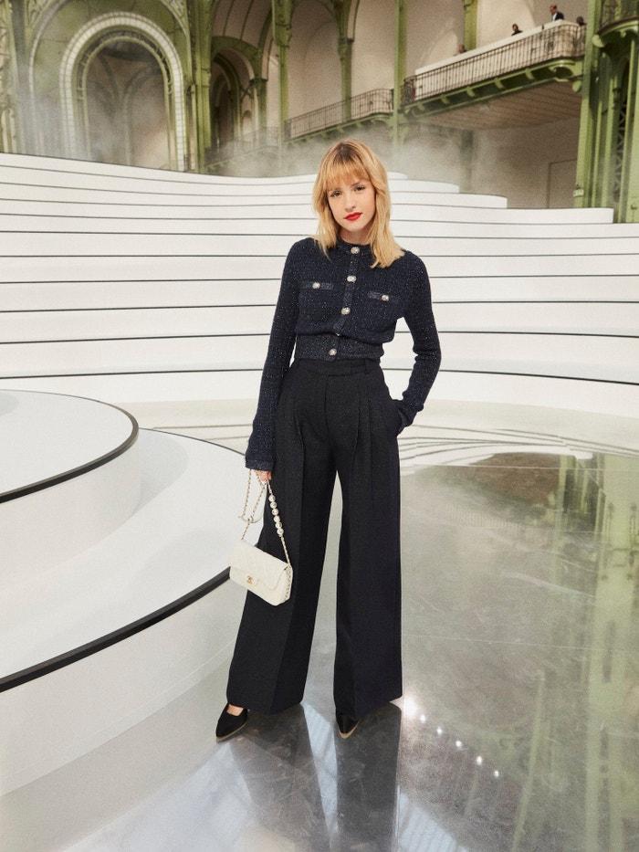 Angèle na přehlídce Chanel podzim–zima 2020/2021        Autor: Chanel