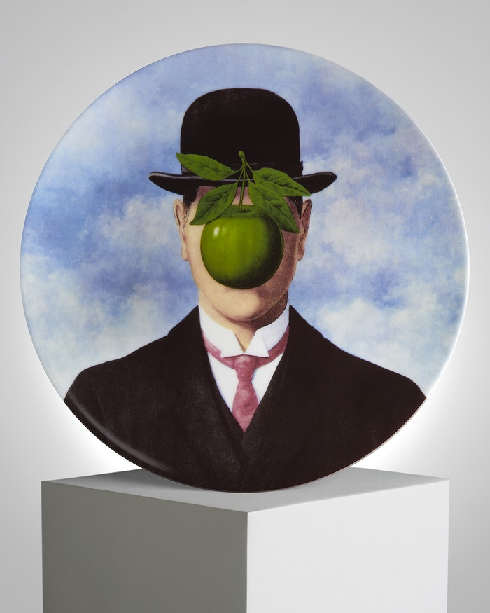Talíř s motivem obrazu La Grande Guerre od Reného Magritta z roku 1964 (prodává Ligne Blanche Paris), 100 €