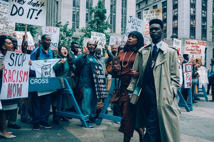 When They See Us: 19. dubna 1989 byla v Central Parku v New Yorku napadena a usmrcena běžkyně. Pět teenagerů (čtyři Afroameričané a jeden Hispánec) ještě té noci obvinili ze zločinu a po dvou soudních jednáních (neprávem) odsoudili. Odvážná dramatizace událostí v podání Avy DuVernay zkoumá rasovou nespravedlnost a doprovází její oscarový dokument 13th. Už měsíc po uvedení inicioval seriál změnu. Po obnoveném soudním jednání tehdejší prokurátorky  Linda Fairstein a Elizabeth Lederer odstoupily z vysokých pozic na Vassar College a Columbia Law School. (právě běží) Autor: Netflix
