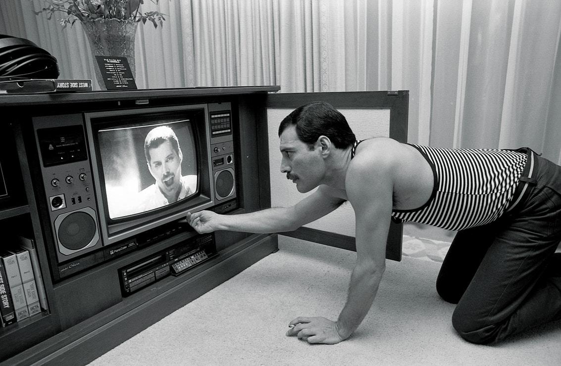 Freddie Mercury během rozhovoru o svém prvním sólovém albu a videoklipu v hotelu Okura v Japonsku, květen 1985