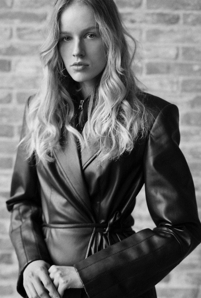 Aneta má na sobě kožený kabát, LAFORMELA.