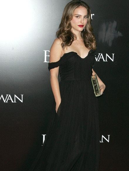 Natalie Portman na newyorské premiéře filmu Černá labuť v šatech Dior, prosinec 2010