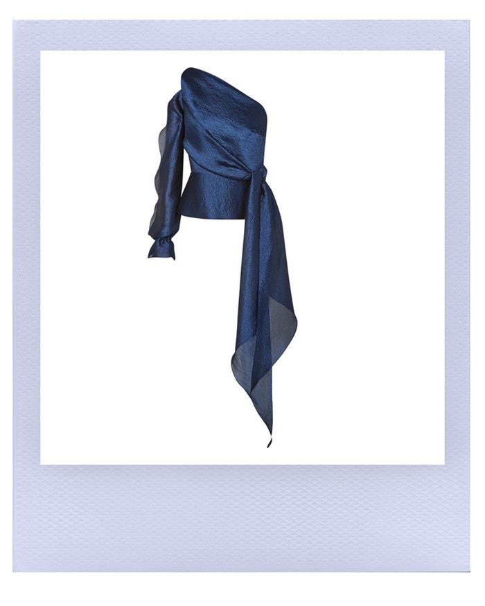 Asymetrický modrý top protkaný stříbřitou nití, Roland Mouret, prodává Net-a-Porter, 1 165 €   Autor: Archiv značky