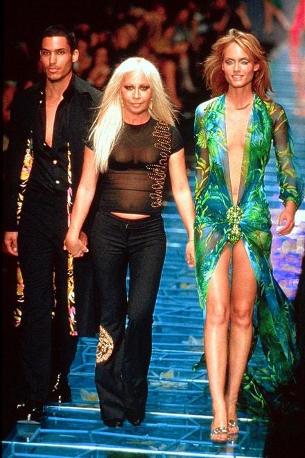 Donatella Versace a Amber Valletta na milánském fashion weeku v roce 1999