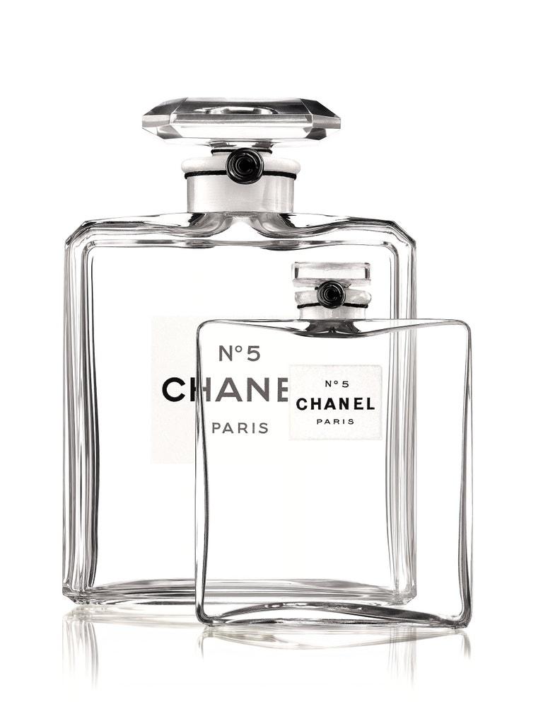Flakon Chanel No. 5 z roku 1921 a z roku 1924 (v pozadí)