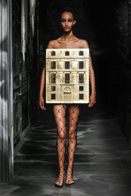 Model z kolekce Dior Haute Couture, podzim/zima 2019/2020, inspirovaný domem na 30 Avenue Montaigne