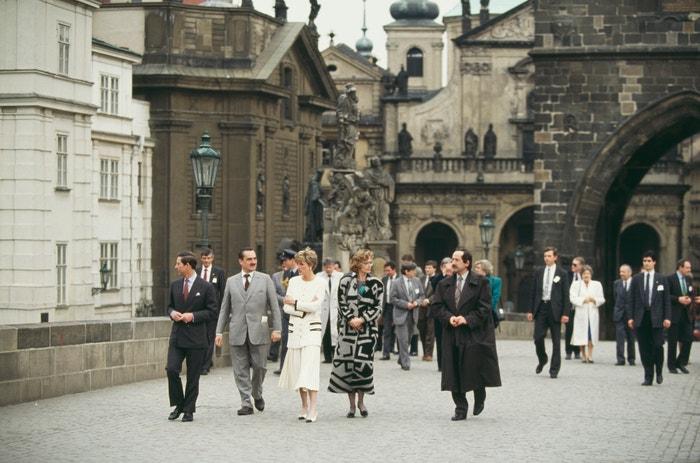 Princ Charles, Karel Schwarzenberg a princezna Diana na procházce po Karlově mostě, květen 1991          Autor: Jayne Fincher/Princess Diana Archive/Getty Images