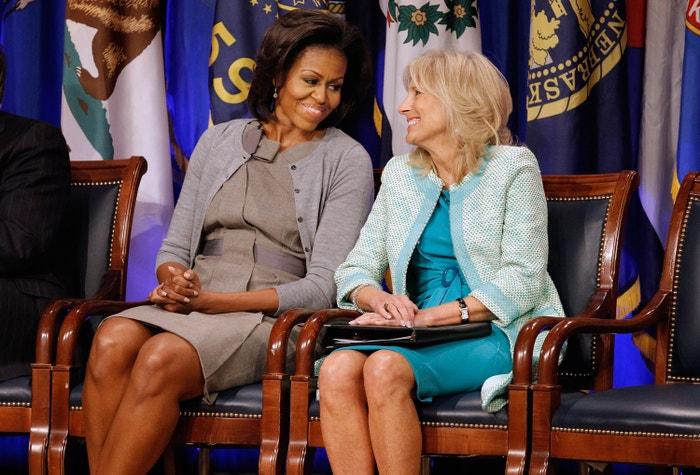 Michelle Obama a Jill Biden 15. února 2012 v Arlingtonu ve Virginii