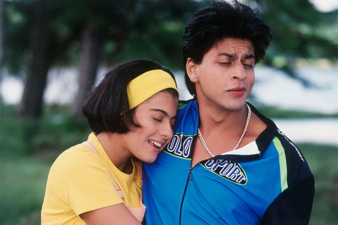 Kajol a Shahrukh Khan ve filmu Něco se děje, 1998