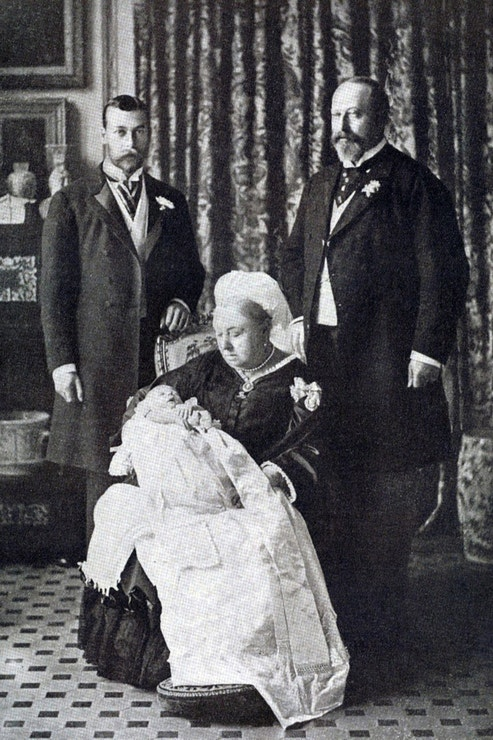 Čtyři generace britských panovníků v roce 1894. Královna Viktorie drží budoucího krále Eduarda VIII. a po jejím boku stojí její syn Eduard VII. a vnuk Jiří V.
