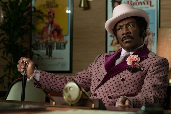 Dolemite Is My Name (od 25. října): Eddie Murphy v bláznivé komedii Craiga Brewera ztvárňuje komika Rudyho Raye Moora. Poté, co ho vyhodili z Hollywoodu, se Craig vrací jako Dolemite, obscénní alter ego a kung-fu bojovník, který se stal legendou blaxploitation filmů 70. let. Ve snímku hrají také Chris Rock a Snoop Dogg, ale Eddie Murphy je hlavním tahákem, na jehož comeback se dlouho čekalo. Okouzlí vás i dobová móda, sametové blejzry a volánkové košile navrhla kostýmní návrhářka Ruth E. Carter, která získala Oscara za kostýmy k filmu Black Panther. Autor: Francois Duhamel/Netflix