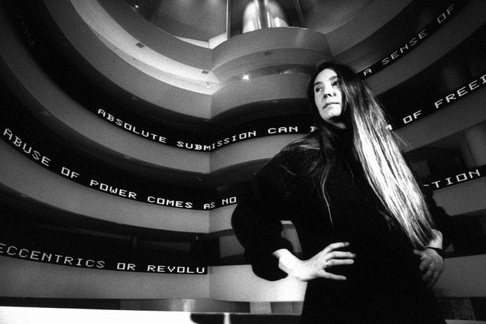 Jenny Holzer před svou instalací v Guggenheim Museum