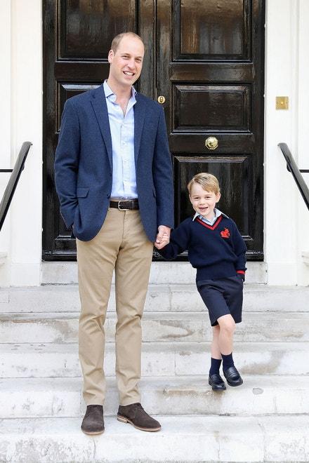 Princ William a princ George v Kensingtonském paláci krátce před tím, než Goerge vyrazil poprvé do školy Thomas's Battersea, září 2017