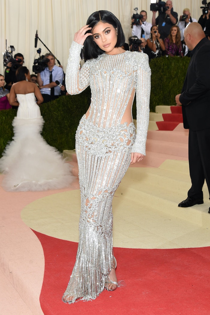 Kylie Jenner na Met Gala 2016 ve stříbrných šatech Balmain             Autor: Jamie McCarthy/FilmMagic
