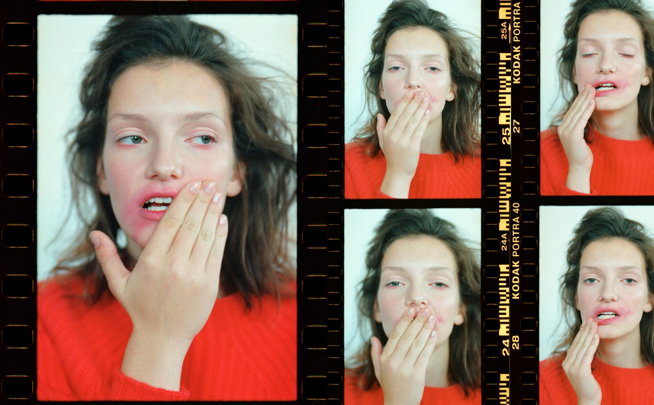 Svetr, KATEŘINA GEISLEROVÁ.  Rty: rtěnka, Urban Decay Vice Lipstick v odstínu Sheer F-Bomb.
