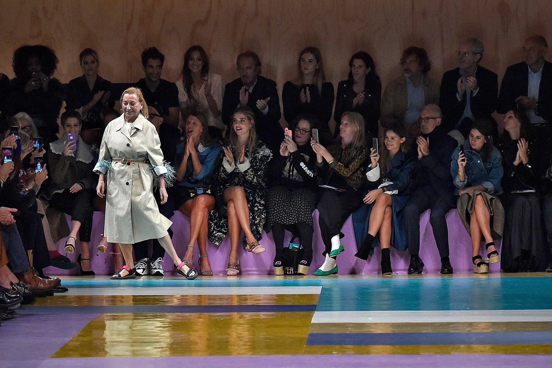 Trenčkot s peřím, říjen 2016. Trenčkot zdobený peřím a trekové sandály jsou lekcí vysokého stylu podle Prady, který měl na přehlídce Miu Miu SS17 v Paříži u diváků úspěch. Autor: Victor VIRGILE/Gamma-Rapho via Getty Images