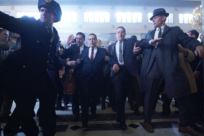 Irčan (The Irishman/od 8. listopadu 2019): Návrat Martina Scorseseho, kmotra gangsterek, k žánru byl vřele očekáván a Irčan se rozhodně povedl. Robert De Niro je citlivým přístupem k roli Franka Sheerana jasným kandidátem na Nejlepšího herce (naposledy získal Oscara v roce 1981 za roli ve filmu Zuřící býk). Al Pacino a Joe Pesci aspirují na ocenění za vedlejší role. Autor: The Irishman, Netflix