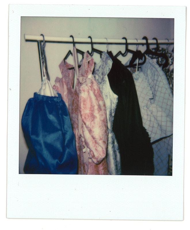 """""""Šaty, co už čekají nastoupené na přehlídku."""""""