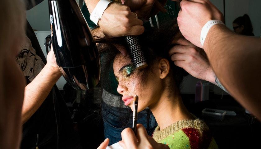 Hi-tech glittery, lo-fi konturování. Beauty trendy z londýnského fashion weeku