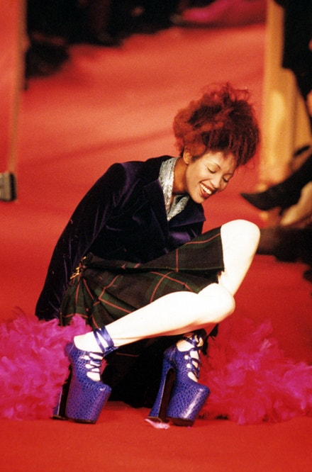 Naomi Campbell na přehlídce Vivienne Westwood v Paříži v roce 1993