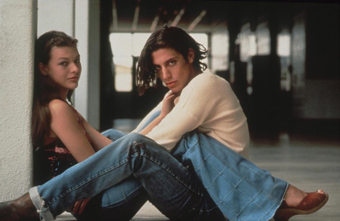 Milla Jovovich a Jason London ve filmu Omámení a zmatení, 1993