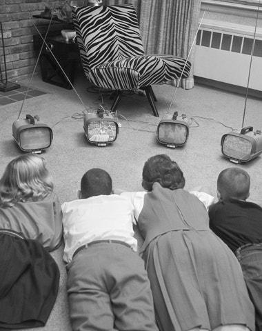 Pět seriálů, které vás doma zabaví