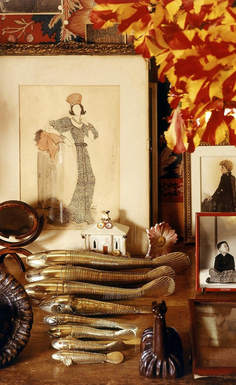 """Detailní záběr na Dianin stolek v obývacím pokoji, kterému přezdívala """"zahrada v pekle"""""""