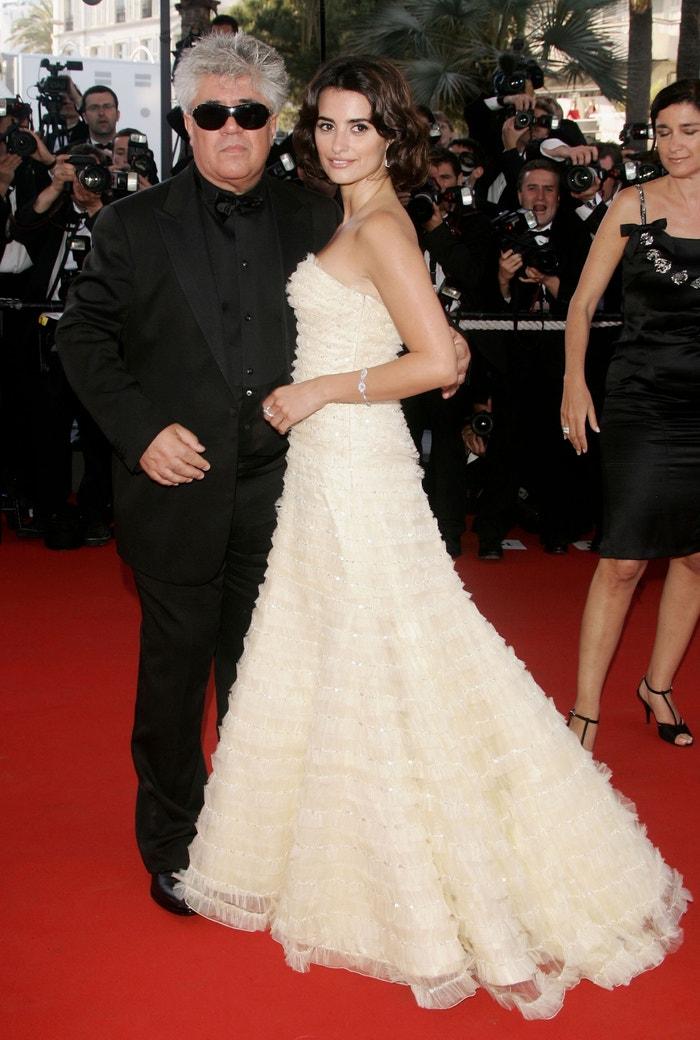 Penélope Cruz a režisér Pedro Almodóvar na premiéře filmu Volver v Cannes, 2006
