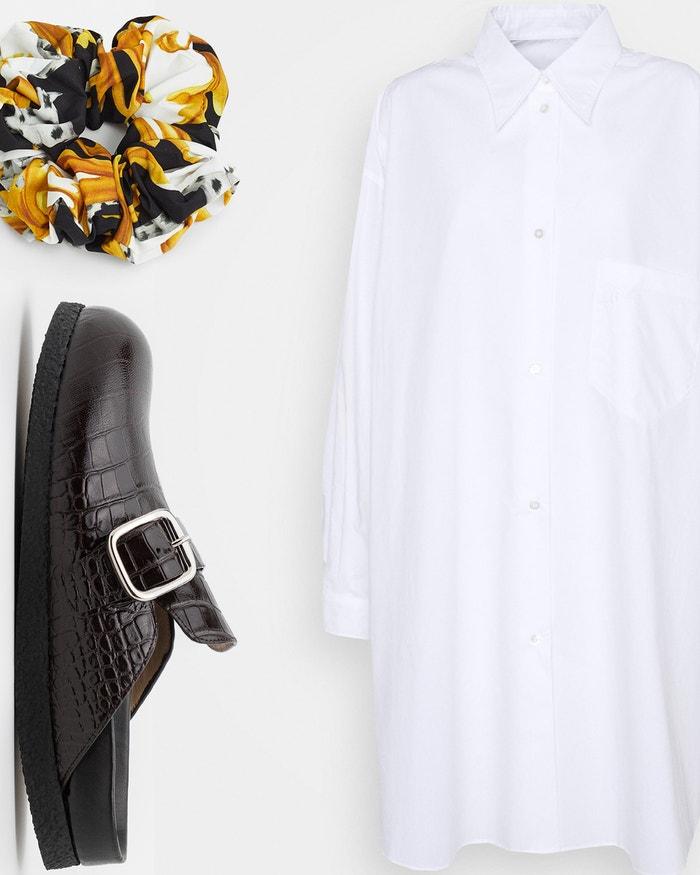 Košilové šaty, MM6 Maison Margiela, prodává Zalando, 9 090 Kč; sandále, Joseph, prodává Zalando, 9 480 Kč; gumička do vlasů, Versace, prodává Zalando, 2 280 Kč.