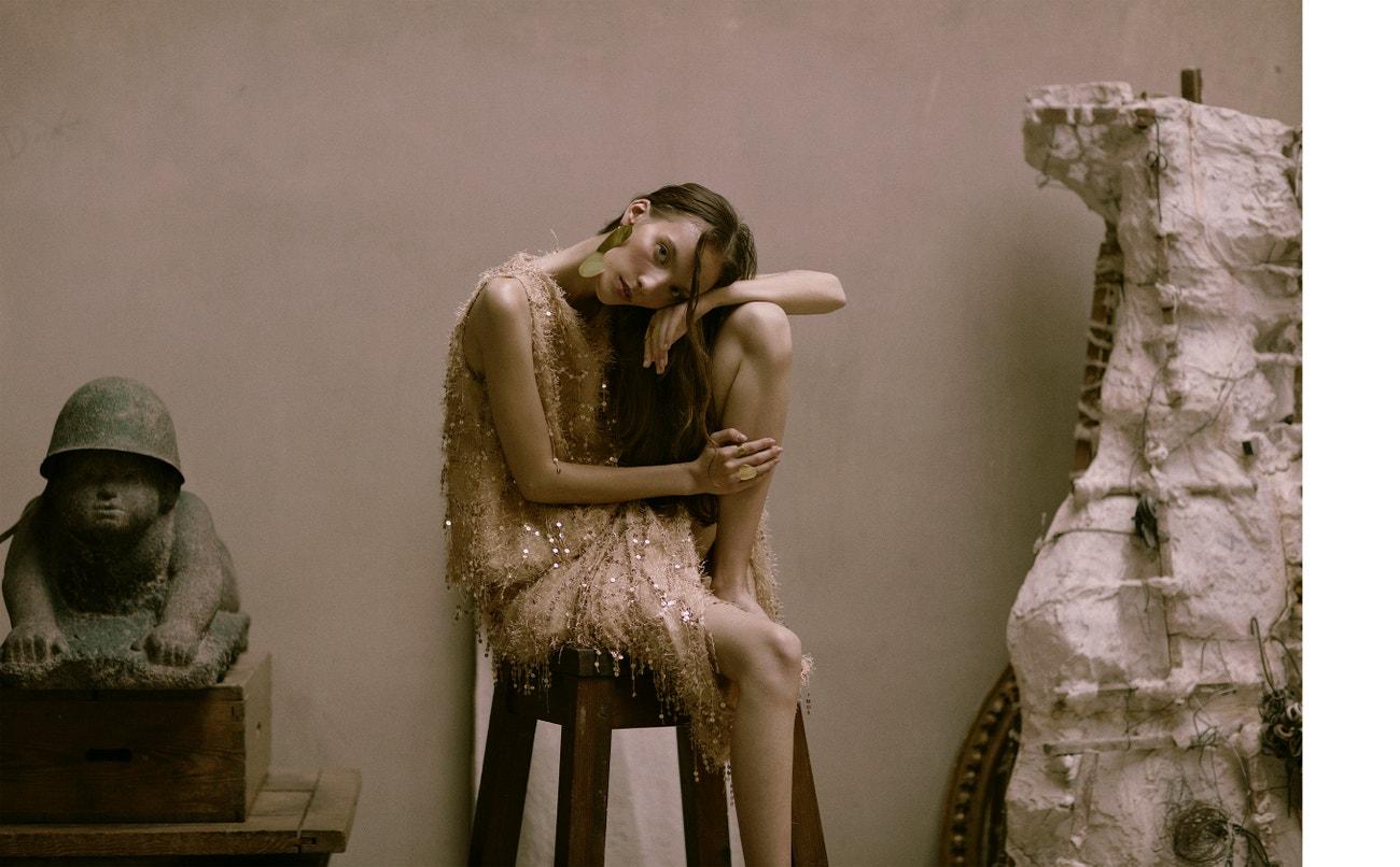 Košile, sukně, obojí Piccione Piccione; náušnice, prsten, obojí Pola Zag.
