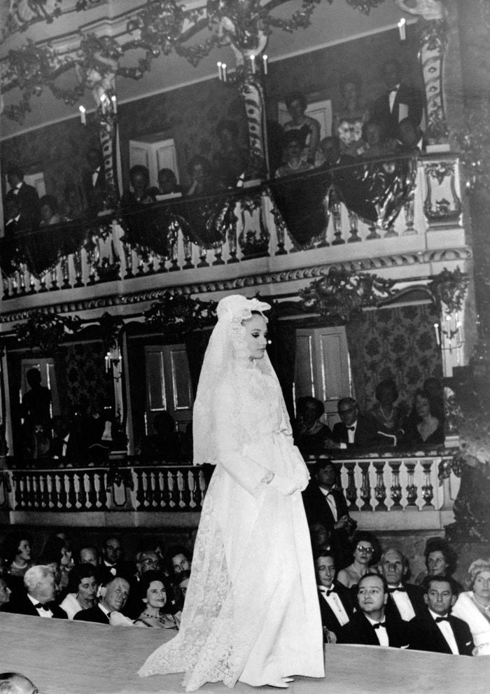 Svatební šaty od Christiana Diora na přehlídce v Německu, 1954     Autor: Keystone-France\Gamma-Rapho via Getty Images