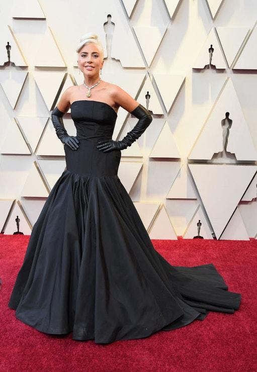 Lady Gaga v šatech Alexander McQueen a se šperky Tiffany & Co.