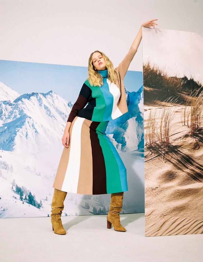 Pruhovaný top, Victoria Beckham, prodává Zalando, 6 490 Kč. Sukně, Victoria Beckham, prodává Zalando, 6 740 Kč. Kozačky, Polo Ralph Lauren, prodává Zalando, 3 300 Kč.