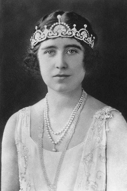 Královna Alžběta s tiárou Lotus Flower