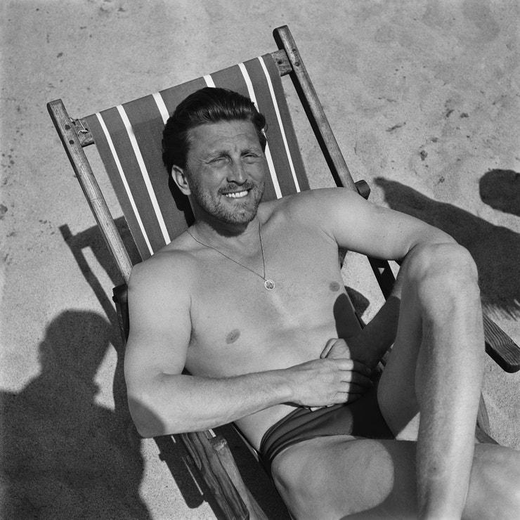 Kirk Douglas na pláži. Rok 1950.