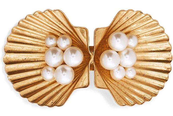 Zlatá spona do vlasů s perličkami Swarovski, Jennifer Behr, prodává Net-a-porter, 205 €