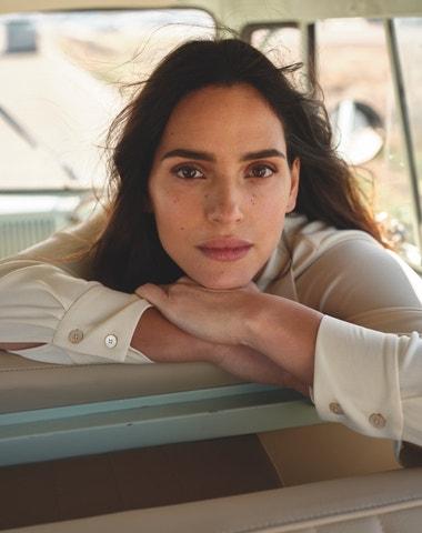 Spoléhat se na fyzickou krásu je velká chyba, říká Adria Arjona, hvězda neretušované Armaniho kampaně