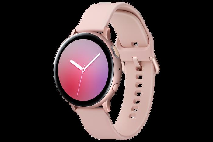 SAMSUNG  Dlouhá výdrž baterie, wellness funkce a nadčasový design, který můžete přizpůsobit svému stylu. To vše mají chytré hodinky Samsung Galaxy Watch Active2. Budoucnost tak máte doslova na dosah ruky. K dispozici jsou v černé, stříbrné a růžové barvě, přičemž pásky lze libovolně měnit.  Cena: od 7 490 Kč Autor: Archiv značky